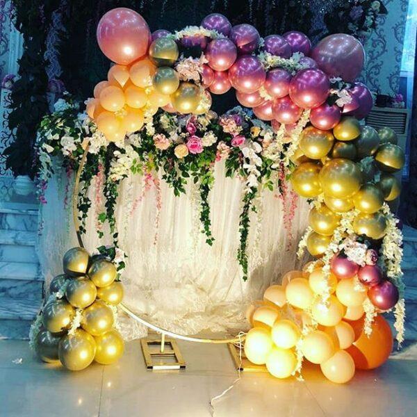 Backdrop sinh nhật tròn vải trắng và bong bóng và hoa tươi BBX376