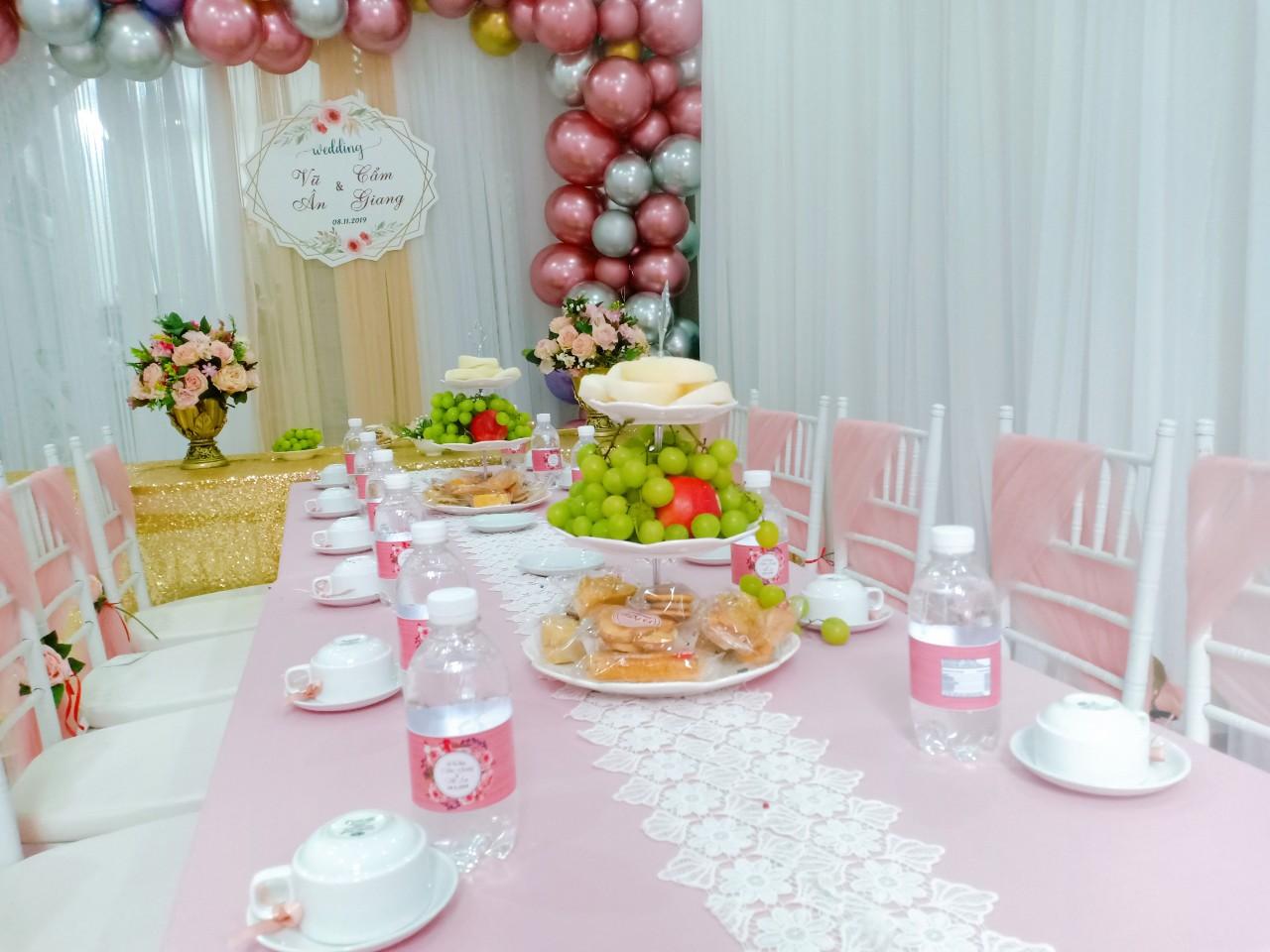 Backdrop tic cưới đón lễ vu quy bằng vải voan và bong bóng BBX187 góc nhìn 1
