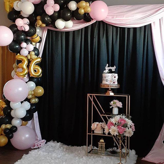 Backdrop sinh nhật tông màu đen, hồng, vàng góc nhìn từ phải sang BBX456