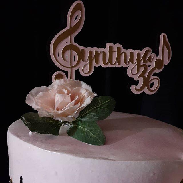 Bánh kem đi cùng backdrop sinh nhật tông màu đen, hồng, vàng BBX456