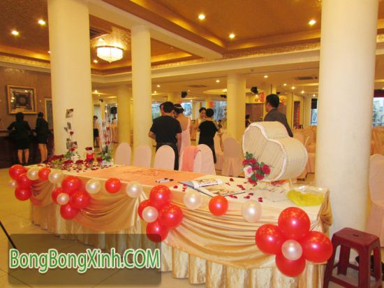 Trang trí bàn kí tên tiệc cưới 037