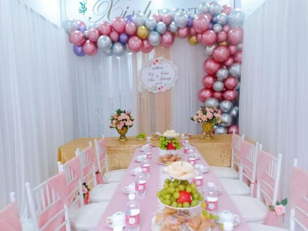 Backdrop tiệc cưới đón lễ vu quy bằng vải voan và bong bóng BBX187