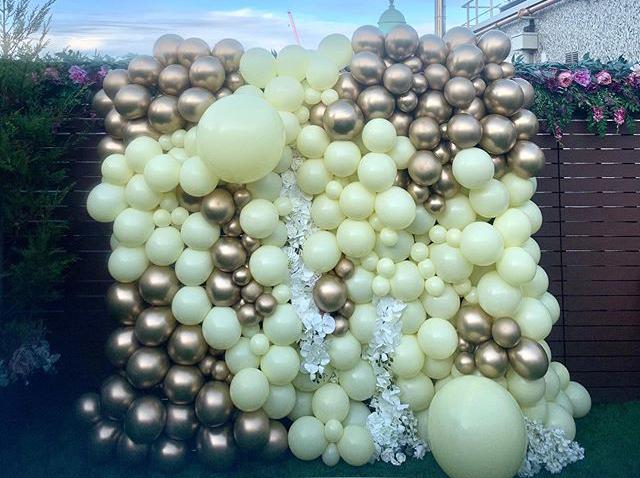 Tường bong bóng xen kẽ hoa trang trí khai trương góc nhìn khác BBX207